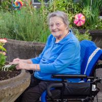Une personne âgée jardine