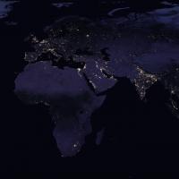 Cliché de la Terre vu de l'espace ; le contraste entre les pays du nord et ceux du sud est saisissant.